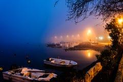 Nebel auf der Küsten-Stadt Stockfotos
