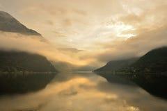 Nebel auf einem norwegischen Fjord Stockbilder