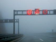 Nebel auf einer Straße Lizenzfreies Stockfoto