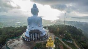 Nebel auf großer Buddha-Statue Stockbild