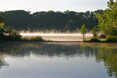 Nebel auf sprudelndem See Stockbild
