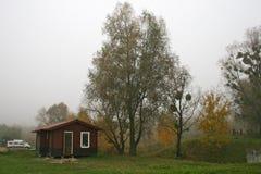 Nebel, Baum, Häuschen Lizenzfreies Stockbild