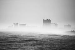 Nebel bedeckte die Stadt im Abstand Lizenzfreies Stockbild
