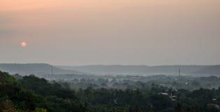 Nebel bei Sonnenaufgang im Dschungel lizenzfreie stockbilder