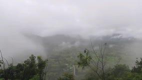 Nebel in den Bergen stock footage