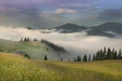 Nebel in den Bergen lizenzfreies stockfoto