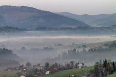 Nebel in den Bergen bei Sonnenaufgang Lizenzfreie Stockfotos