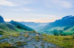 Nebel in den grünen Bergen Stockbild