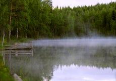 Nebel, der über einem See hängt lizenzfreies stockfoto