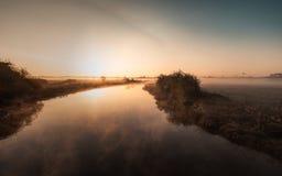 Nebel, der über Fluss Nene in Northamptonshire bei Sonnenaufgang hängt Lizenzfreie Stockfotos