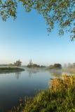 Nebel, der über Fluss Nene in Northamptonshire bei Sonnenaufgang hängt Stockbilder