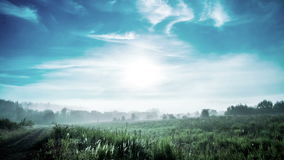 Nebel an der Dämmerung, Zeit hüllt 4k ein stock video