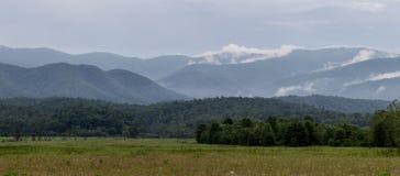 Nebel, der in den Bergen sich bildet Lizenzfreies Stockfoto