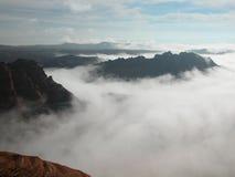 Nebel, der die rote Wüste erdrosselt Stockfoto