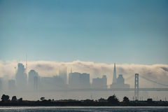 Nebel, der San Francisco Skyline einhüllt lizenzfreie stockfotografie