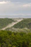 Nebel, der unten einen Berg rollt Stockfotos