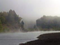Nebel, der vom Fluss steigt Stockbild