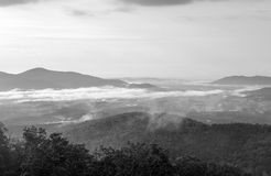 Nebel des frühen Morgens in den Bergen Lizenzfreie Stockfotografie