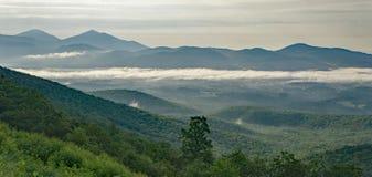 Nebel des frühen Morgens in den Bergen Stockfotos