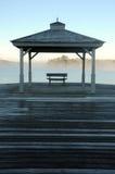 Nebel des frühen Morgens, der vor See im Herbst steigt Stockfoto