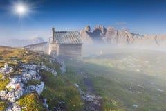 Nebel Dolomit Gebirgszugs Gruppo Del Cristallo morgens Lizenzfreie Stockfotos