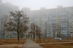 Nebel, Gasse, mehrstöckiges Gebäude Lizenzfreies Stockfoto