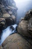 Nebel gefüllte Fluss-Schlucht Lizenzfreies Stockfoto