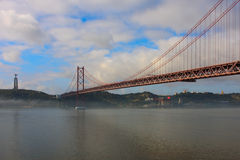 Nebel hüllt das Ponte 25 de Abril ein Lizenzfreie Stockfotografie