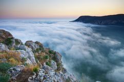 Nebel im Berg stockfotografie