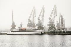 Nebel im Hafen Stockfotografie