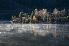 Nebel im Herbst Stockfotos