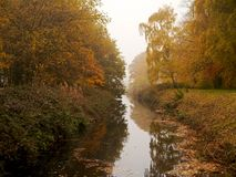 Nebel im Herbst an Yorkshire-Skulpturenpark lizenzfreie stockfotos