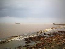 Nebel im Sommermeer lizenzfreie stockfotos