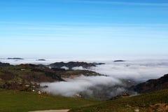 Nebel im Tal Stockfotografie