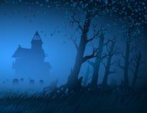 Nebel-Licht-Baum-mystischer Nachtstumpf-Hintergrund-Hütten-Kirchhof Halloween Stockfotografie