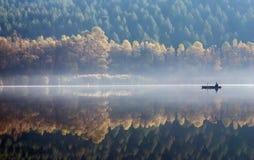 Nebel morgens fischen. Stockbild