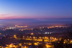 Nebel nahe der Stadt nach Sonnenuntergang Lizenzfreie Stockfotos