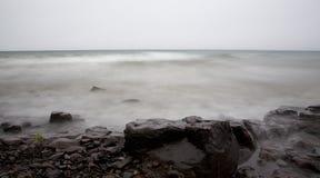 Nebel, Nebel, Wasser und Stein Stockbilder