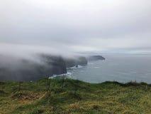 Nebel-Rollen herein auf den Klippen von Moher Lizenzfreies Stockbild