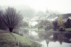 Nebel in Semois-Fluss stockbilder
