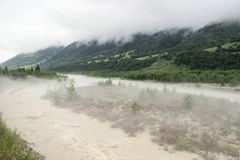 Nebel streute den Fluss und die Berge am frühen Morgen in Svaneti aus lizenzfreies stockbild