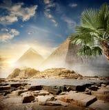 Nebel um Pyramiden lizenzfreies stockbild