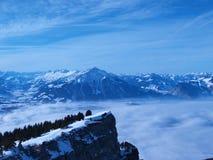 Nebel und Berg, die Schweiz Stockbild