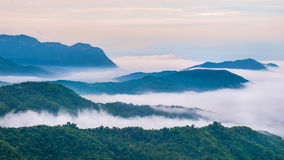 Nebel und Berge bei Phu Tubberk Stockfoto