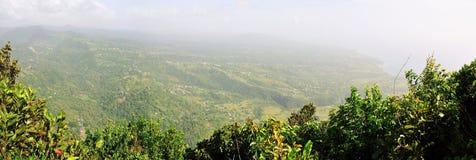 Nebel und Dunst über der grünen Landschaft Stockbilder