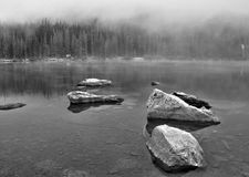 Nebel und Felsen relections am Bear See im Rocky Mountain Nationalpark Lizenzfreies Stockbild