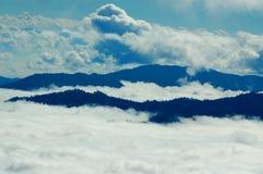 Nebel und hohe Spitzen Lizenzfreie Stockfotografie