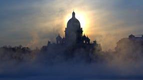 Nebel-und Isaac Kathedrale Lizenzfreie Stockfotografie