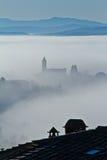 Nebel und Kirche lizenzfreies stockbild