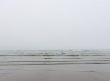 Nebel und Nebel auf dem Meer und dem Strand Stockfoto